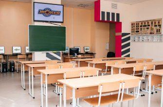Учебный класс автошколы в микрорайоне Каменная Горка. Стенды светофоры. Учебный экран.